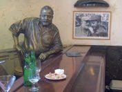 フロリデータのカウンターにはヘミングウェイの銅像が座っています。砂糖を抜いたダイキリを注文していたことでも有名。
