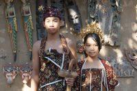 トゥガナン村にて。着用しているのは経緯(たてよこ)絣「グリンシン」