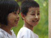 子どもも大人も「タナカ」という日焼止めを兼ねたお化粧をしている