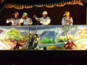 伝統人形劇(バガンにて)。演者も伝統衣裳を着用。