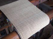 この糸で織られたロータスクロース。見た目は麻布に似ているがもっとしなやか。