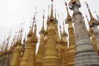 新しい仏塔も作られている。船で訪れる。