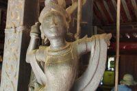 彫刻の多くは仏教に関わるもの。
