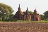 バガンには無数の煉瓦造りの仏塔が残されている