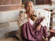 バガン・ミンナントゥー村のおばあさん。トウモロコシで作った煙草を吸っている。