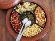 中心はミャンマーで有名な食べるお茶。周りのナッツ類と混ぜて食べる。容器はミャンマーの漆器。