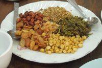 右側の緑のものがお茶の葉、周りはナッツや胡麻など。