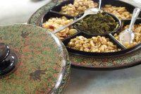バガンの漆工房でお茶と一緒にお茶請けとして置かれていたもの。器はミャンマーの漆器。バガンは漆器でも有名。