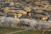 小高い丘から村を望む景勝地「芙蓉台」からの夕暮れ。