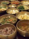 北村宅での朝食。真鍮の器に盛られたこの家に伝わる料理類。美味しいと評判。
