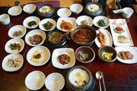 利川名物料理「サルパブ」(石釜飯定食)。ご飯を美味しく食べるおかずが沢山並びます。
