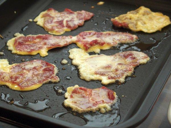 ホットプレートでどんどん焼いてくれます。肉が薄いのですぐに焼けます。(光州にて)