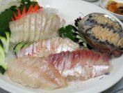 釜山は魚介類が美味しい町。生けすから刺身にする。