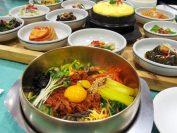 全州名物ビビンバ、家族会館にて。ここのお母さんに韓国の茶碗蒸し「 ケランチム」を目の前で作ってもらいます。