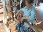 ラオス繊維博物館(カンチャナ博物館)にて織りのデモンストレーション