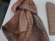 枇杷(びわ)染めの作品、びわ染めもここの特徴の一つ。