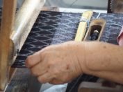 かすりを織る(南風原町の織元の工房にて)